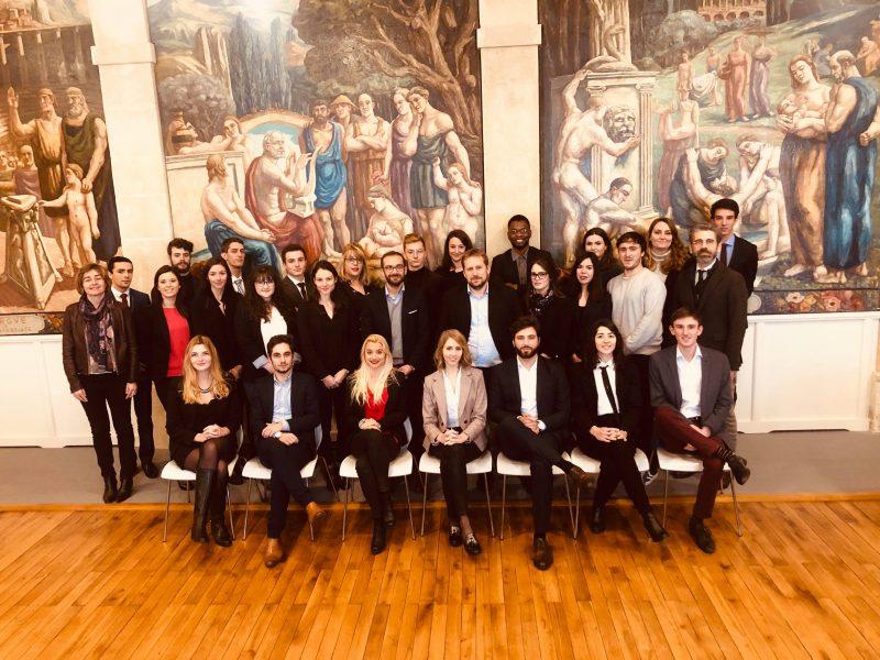 Démosthène Simoneau et Jean Caucanas, accompagnés de la promotion du DJCE de Poitiers et des directeurs  de la formation, les professeurs Anne Rabreau et Eddy Lamazerolles